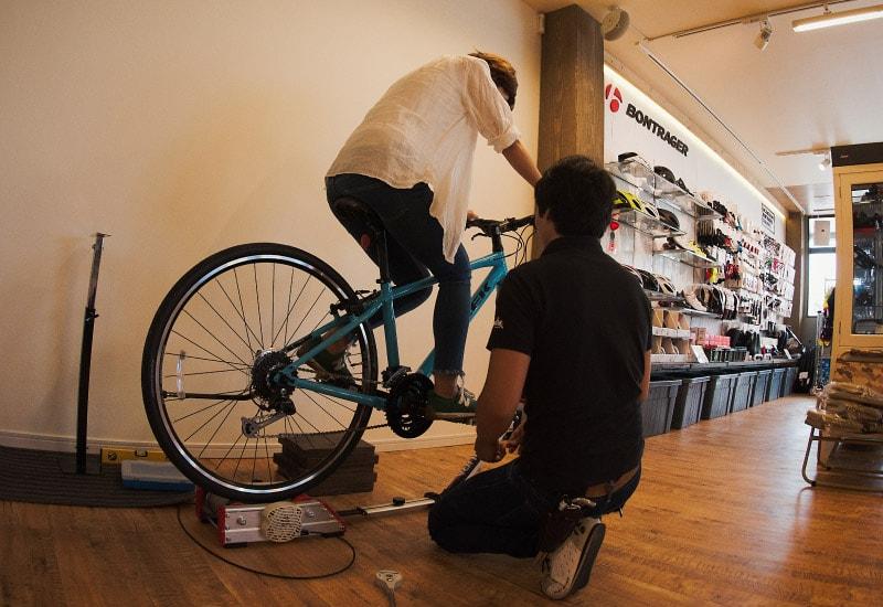 納車の際は、体に自転車の寸法を合わせるバイクフィッティングをさせて頂きます。(※)